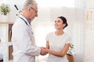 Médico e paciente na primeira consulta com médico de infertilidade.